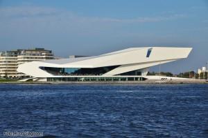 Het EYE-museum aan de oever van het IJ