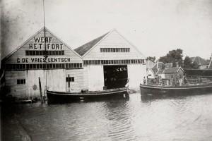 """De werf """"Het Fort"""" G. De Vries Lentsch. Rechts de Nieuwendammerdijk"""