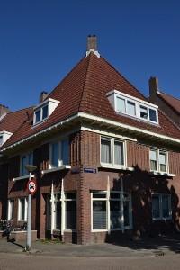 Hoek Wingerdweg-Andoornstraat, onderdeel van het Noorlandercomplex. De plantenbakken horen bij het ontwerp.Foto: Ruud Slagboom