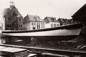 Sloepenwerf van Gijs de Vries Lentsch in 1923. Op de achtergrond de Buikslotermeerdijk, huisnummers 166-178. Bron: Beeldbank Amsterdam
