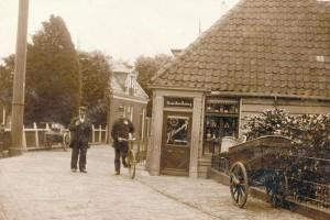Het snoepwinkeltje in het nauwste deel van de Nieuwendammerdijk tegenover de Molenpad. - Foto: Beeldbank Amsterdam