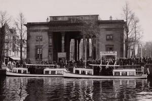 Veerpont van rederij Boekel,  12 mei 1938 (met dank aan Wim de Graaf ). De arbeiders van Electrozuur staken zo he IJ over.Bron: AGA museum