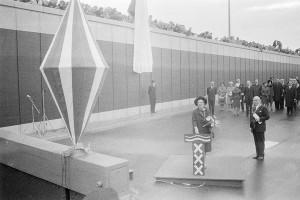 Koningin Juliana die de IJ-tunnel officieel opent.Bron: Geheugen van Nederland